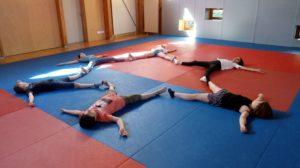 Yoga parent enfant cercle allongé Aix